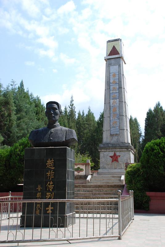 铜像及烈士纪念碑位于大姚县城宝筏山上的白塔公园内